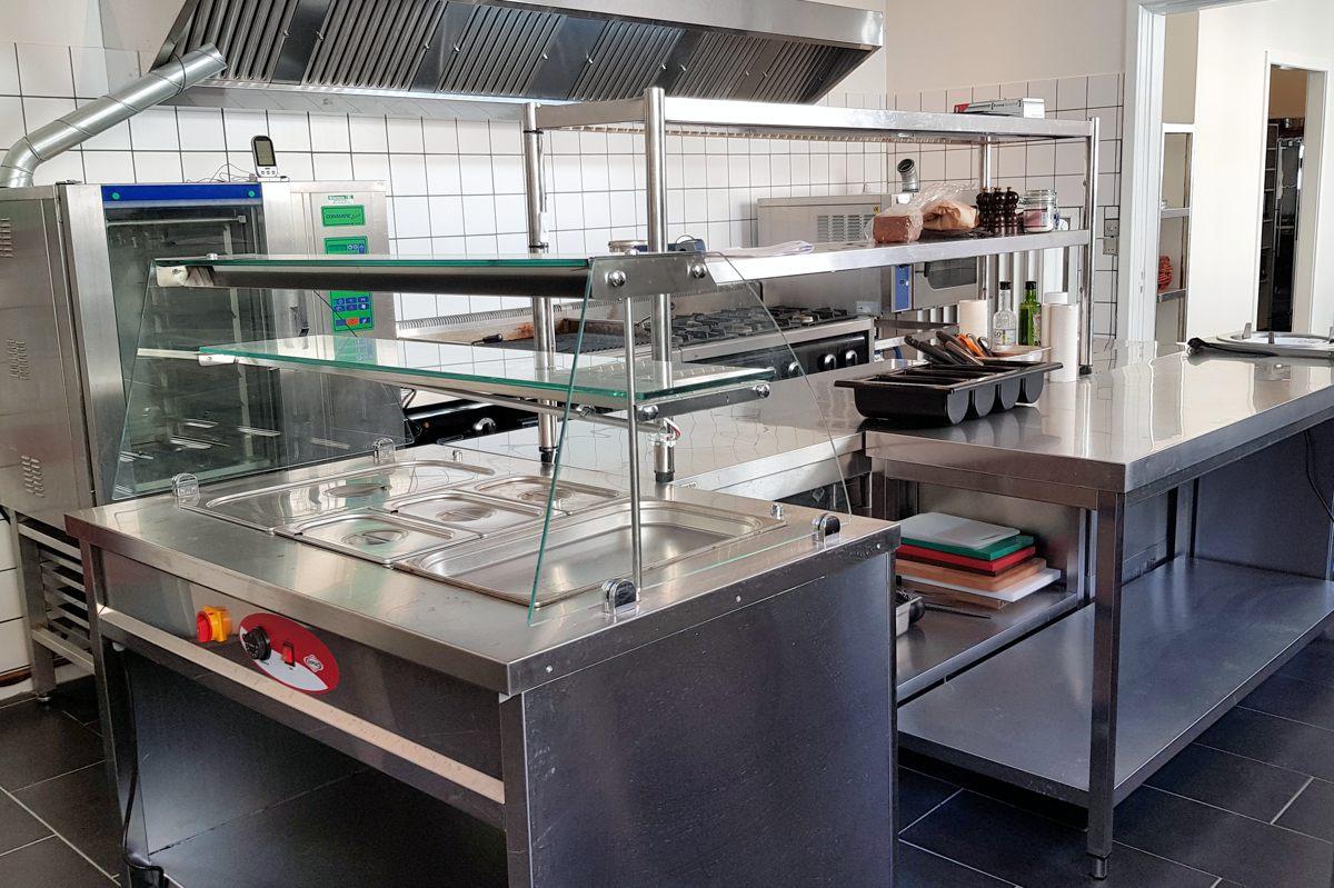 Vi mangler medarbejdere til køkken og servering. (ER BESAT)